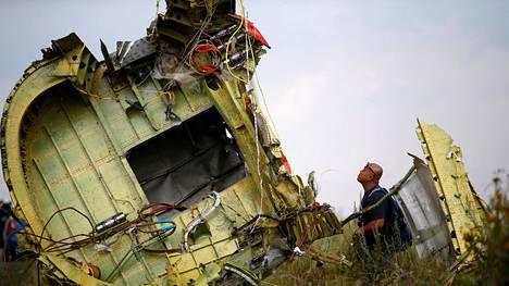 Malesialainen onnettomuustutkija putoamispaikalla heinäkuussa 2014.