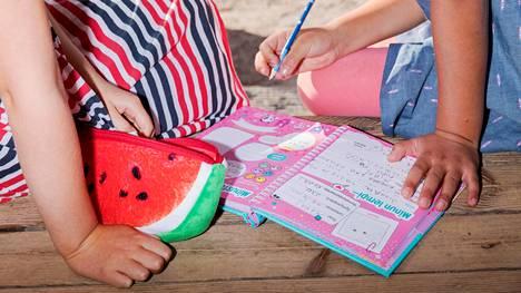 Helsinkiläisiä koululaisia välitunnilla täyttämässä ystäväkirjaa.