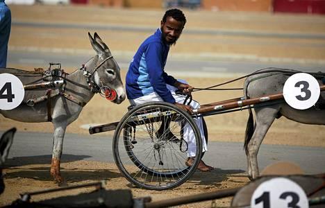 Ohjastaja odotti kilpailun alkamista aasiraveissa Karachissa Pakistanissa.