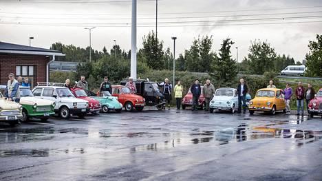 Kääpiöautoharrastajat kokoontuvat Koivuhaan Nesteelle Vantaalla jokaisen kuun viimeisenä maanantaina.
