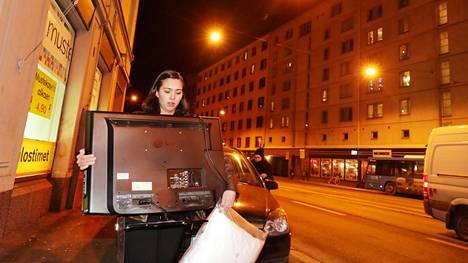 Hannah Hietala kantaa kympin telkkaria Helsingin Sörnäisissä, joka on Suomen tiheimmin asuttuja kaupunginosia.