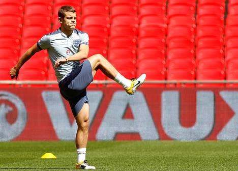 Jack Wilshere lämmitteli ennen Englannin joukkueen harjoituksia Wembleyn stadionilla kesäkuussa 2011.