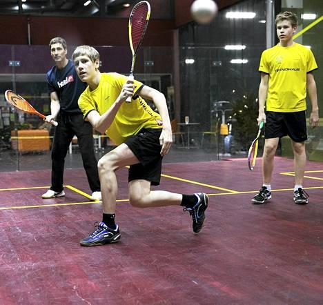 Entinen huippupelaaja Sami Elopuro (takana) valmentaa lupaavia squash-veljeksiä Jami (vas.) ja Miko Äijästä. Kuva on vuodelta 2012.