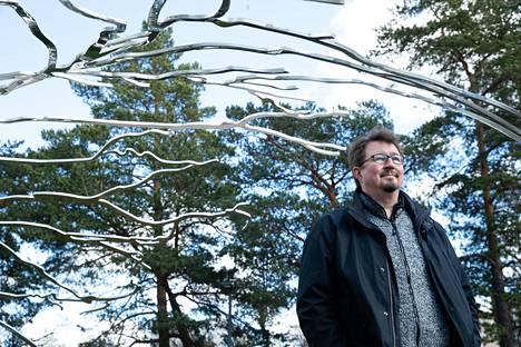 """Koronapandemian virkamieskasvoiksi Suomessa nousi THL:n terveysturvallisuusjohtaja, professori Mika Salminen. Hän on kevään mittaan saanut osakseen arvostelua esimerkiksi siitä, että hänen kommenttinsa tuntuvat välillä olevan ristiriidassa hallituksen linjan kanssa. """"Kerromme vain sen, mikä meidän mielestämme on johtopäätös tietoon ja kokemukseen perustuen"""", hän totesi HS:n haastattelussa 16. toukokuuta."""
