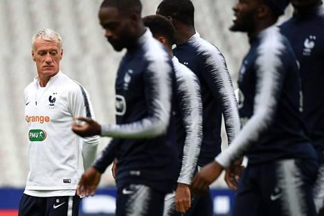 Didier Deschamps veti Ranskan jalkapallomaajoukkueen harjoituksia Stade de Francella sunnuntaina.