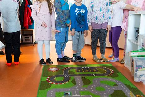 Helsinkiläisen päiväkodin lapset jonottivat käsipesulle maaliskuussa.