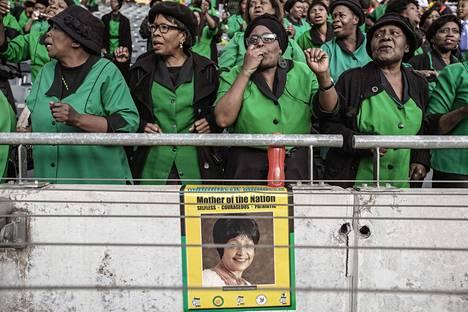 Eteläafrikkalaisia kokoontui lauantaina Orlandon stadionille Johannesburgin Sowetoon suremaan Winnie Madizikela-Mandelan kuolemaa. Seremoniassa laulettiin ja tanssittiin.