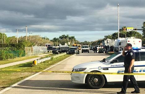 Poliisi partioi Marjory Stoneman Douglasin lukion lähellä ampumisvälikohtauksen jälkeen.