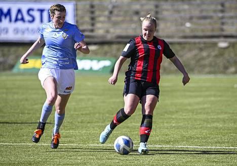 Åland Unitedin Sarah Mary Troccoli (vas.) ja PK-35:n Roosa Bröijer olivat vauhdissa kauden avausottelussa.