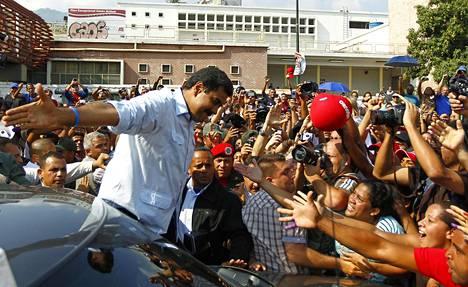VENEZUELAN AHDINKO. Venezuelaa diktaattorin ottein johtanut Hugo Chavez kuoli maaliskuussa 2013. Uudeksi presidentiksi valittiin Nicolas Maduro, mutta hänen aikanaan maa on ajautunut entistä vakavampaan sekasortoon. Kuvassa Maduro tervehtii kannattajiaan käytyään äänestämässä presidentinvaaleissa 14. huhtikuuta 2013.