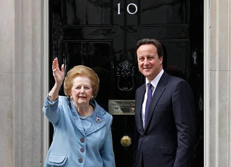 Margaret Thatcher pääministeri David Cameronin kanssa Downing Street 10:ssä sijaitsevan virka-asunnon edessä kesällä 2010.