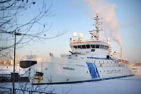 Lähes 60 metriä pitkä Merikarhu Katajanokalla Helsingissä torstaina 7. tammikuuta. Merikarhu partioi yleensä Suomenlahdella, mutta torstaina se lähti Kreikan avuksi pakolaiskriisiin Egeanmerelle.