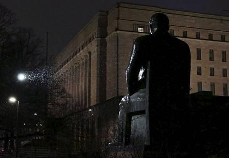 12. helmikuuta: Valaistu presidentti Kyösti Kallion patsas kiilteli märkänä räntäsateessa Eduskuntatalon kupeessa.