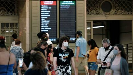 Ihmiset kulkivat kasvomaskit naamalla Grand Central Terminalissa New Yorkissa 27. heinäkuuta.