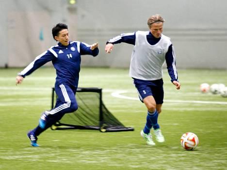 HJK:n Atomu Tanaka oli Japanin J-liigassa entisen seuransa Albirex Niigatan tähtipelaajia. Tiistain harjoituksissa Tanaka taisteli pallosta Tapio Heikkilän kanssa.
