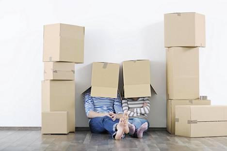 Suomessa tavarat saatetaan kantaa saman katon alle muutaman kuukauden seurustelun jälkeen.
