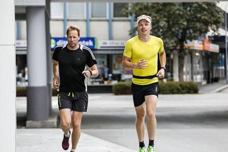 Iivo Niskanen (oik.) ja valmentaja Olli Ohtonen kevyellä juoksulenkillä heinäkuussa Norjan Blink-rullahiihtoviikolla.