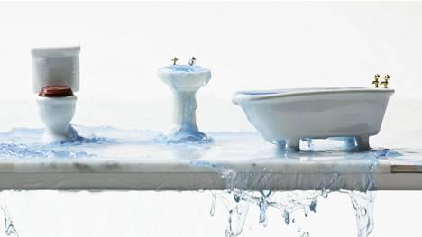 Suihkuun nukahtamista kotivakuutus ei yleensä korvaa, mutta vakuutuksesta voi olla nuorelle apua muiden yllättävien vahinkojen varalle.