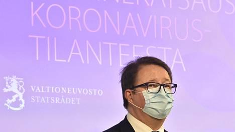 THL:n johtaja Mika Salminen sosiaali- ja terveysministeriön ja Terveyden ja hyvinvoinnin laitoksen tiedotustilaisuudessa torstaina.