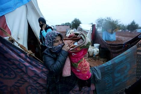 Nainen kantoi lastaan Bab Al-salamin pakolaisleirillä Turkin ja Syyrian rajalla joulukuussa 2016.