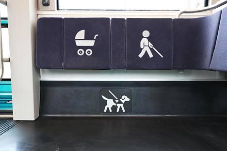 Vaunun keskiosaan on varattu tilaa lastenvaunuille, koirille, ja niille, jotka liikkuvat apuvälineiden kanssa.