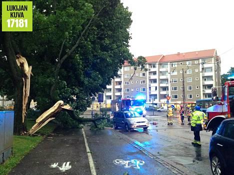 Puu halkesi ja kaatui auton päälle Sturenkadun ja Hämeentien kulmassa Helsingissä. Puuta sahattiin pois auton päältä ja auto hinattiin. Myös raitiovaunulinjat näyttivät kärsineen.