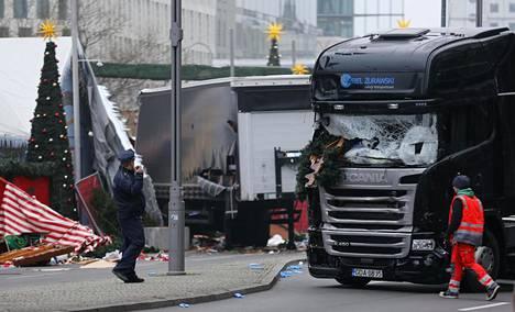 Poliisit tutkivat turmarekkaa Berliinissä 20. joulukuuta.