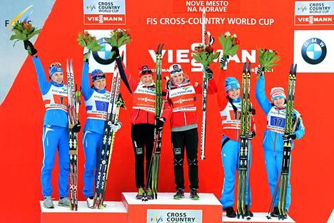 Mona-Liisa Malvalehto (vasemmalla) ja Aino-Kaisa Saarinen (toinen vasemmalta) olivat lähellä voittaa Nove Meston maailmancupin pariviestin.