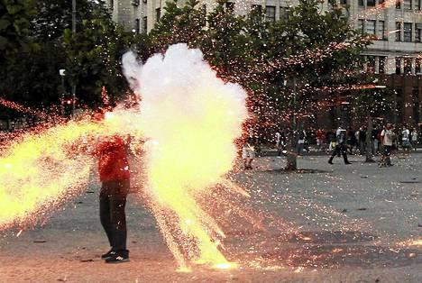 Brasiliaisen televisioyhtiön kameramies sai osuman räjähteestä mielenosoituksissa Rio de Janeirossa viime torstaina.