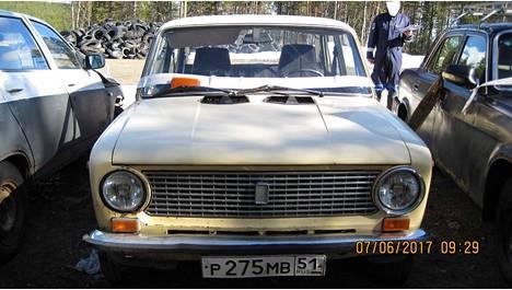 """Vuosimallin 1986 pyöreälamppuinen """"nappisilmä-Lada"""" on yksi Sallan tullihuutokaupan vetonauloista."""