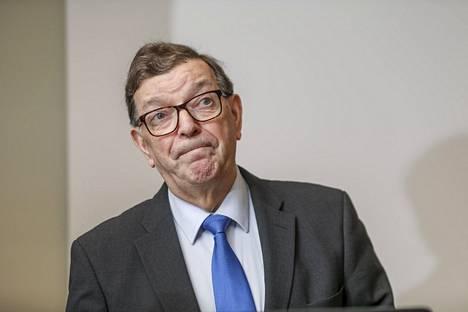 """Paavo Väyrynen kertoi olevansa käytettävissä keskustan puheenjohtajaksi, """"jos kannatusta riittää""""."""