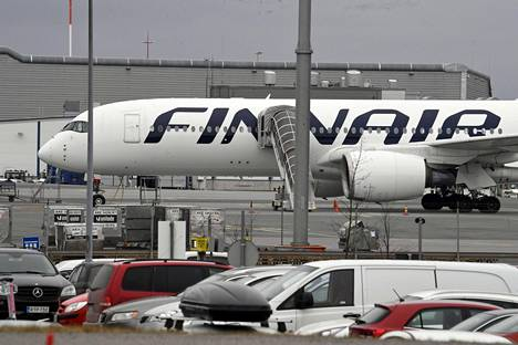 Finnairin lentokone Helsinki-Vantaan lentokentällä maaliskuussa.