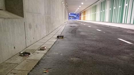 Kvartsiraitin piennar täyttyy erilaisista roskista. Tunnelin ulkopuolella roskia ei sataneen lumen takia näy, mutta keväällä ne jälleen paljastuvat.