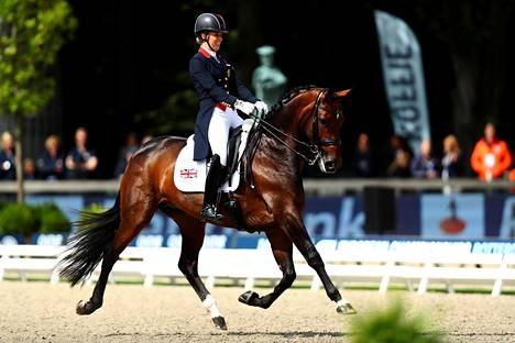 Charlotte Dujardin ratsastamassa Mount St John Freestyle -hevosella EM-kisoissa Rotterdamissa tiistaina.