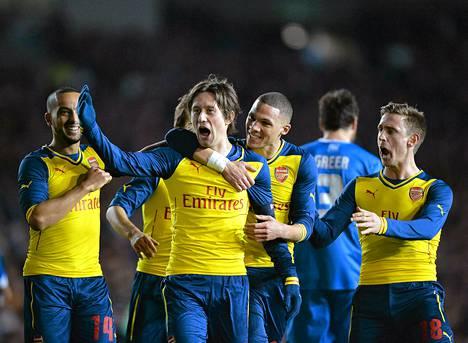 Arsenal Tomas Rosicky juhli voittomaalia Brighton Hove and Albionia vastaan jalkapallon Englannin cupin neljännellä kierroksella.