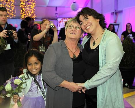 Ally Wanikau (vas.) ja Lynley Bendall avioituivat lentokoneessa matkalla Queenstownista Aucklandiin, mukanaan tytär Macee.