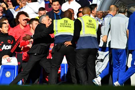 Turvamiehet joutuivat rauhoittelemaan Manchester Unitedin kuumana käynyttä päävalmentajaa José Mourinhoa.