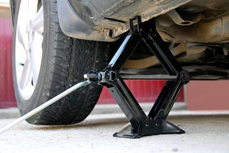 Auton omaa tunkkia ei suositella renkaiden kausivaihtoon, vaan se on tarkoitettu vararenkaan vaihtoon hätätilanteessa.