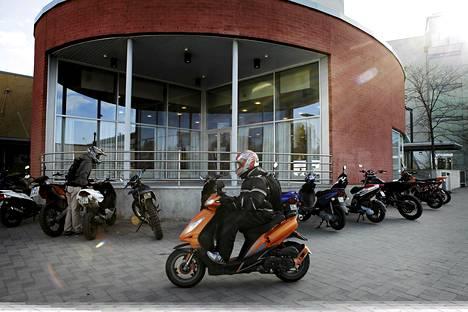 Liikennevirasto haluaa mopot pois pyöräteiltä. Kuvassa Vantaan Lumon lukion mopoparkki.