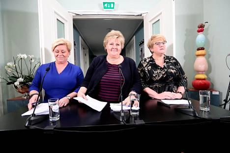 Norjan valtiovarainministeri, edistyspuolueen puheenjohtaja Siv Jensen (vas.), pääministeri Erna Solberg ja venstren puheenjohtaja Trine Skei Grande esittelivät uuden hallituksen sunnuntaina.