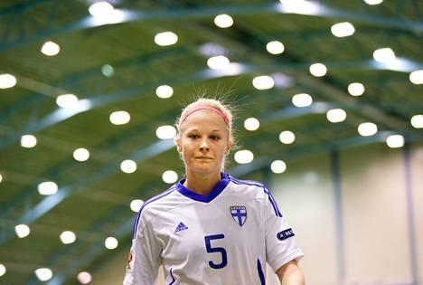 Tiina Saario pelasi eilen naisten jalkapallomaajoukkueen avauskokoonpanossa ensimmäistä kertaa sitten 1990-luvun. Suomi kukisti Eerikkilässä Venäjän 5–0.