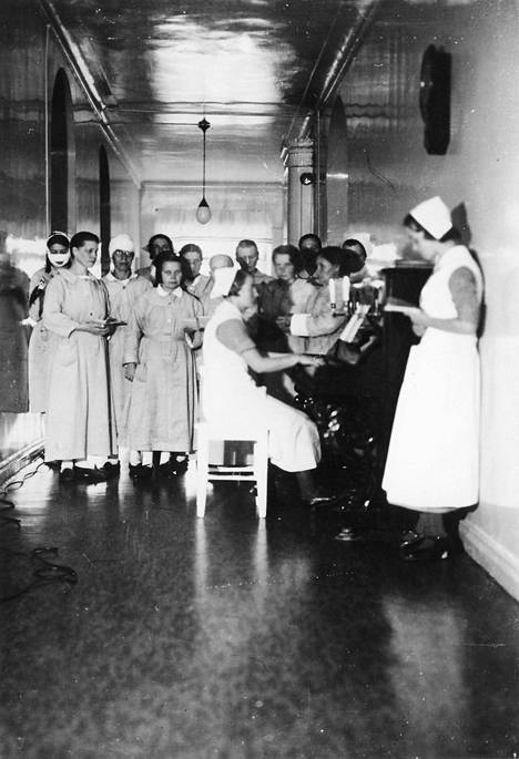 Aamuhartaus sairaalan käytävällä 1930-luvulla.