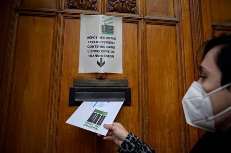 Sveitsiläiset äänestivät sunnuntaina, pitäisikö maassa kieltää koko kasvot peittävät islamilaiseen kulttuuriin kuuluvat asusteet. Äänestäjä sunnuntaina Lausannessa, Sveitsissä.