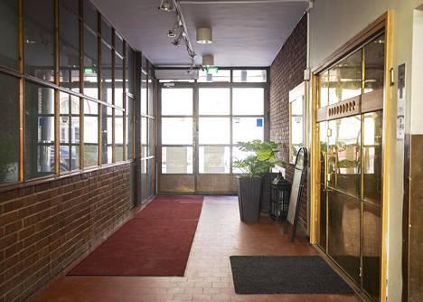 Insinööritalon sisääntulo lasiseinineen on rakennuksen ainoita paikkoja, joka on säilynyt sisustusta lukuun ottamatta likimain alkuperäisessä asussaan.