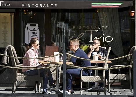 Ihmisiä ravintolan terassilla Helsingissä 19. huhtikuuta 2021.