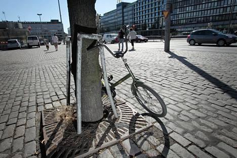 Kun pyörän lukitsee rungosta, se on vaikeampi varastaa.