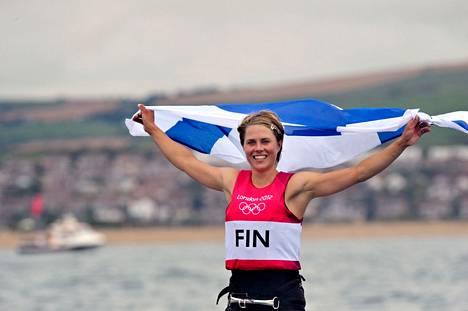 Tuuli Petäjä voitti olympiahopeaa Lontoon kisoissa  purjelautailun RS:X-luokassa.