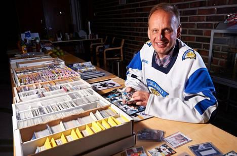 """""""Keräilyyn liittyy haave jostakin. Kortin löytäminen tuo hyvän tunteen"""", sanoo kortteja keräävä Juha Perilä Herttoniemen kirkolla."""