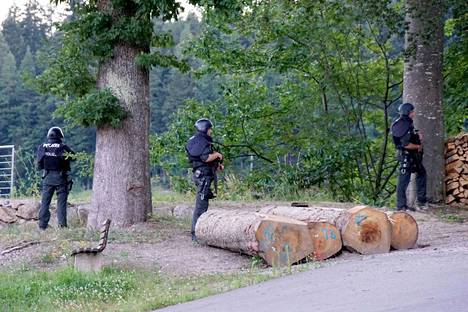 Poliiseja metsäisen alueen reunalla lähellä Oppenaun kylää.