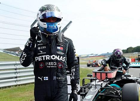 Valtteri Bottas juhli paalupaikkaansa Britanniassa Silverstonen radalla.